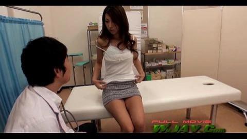 醫生趁檢查時摸她敏感處趁機插入